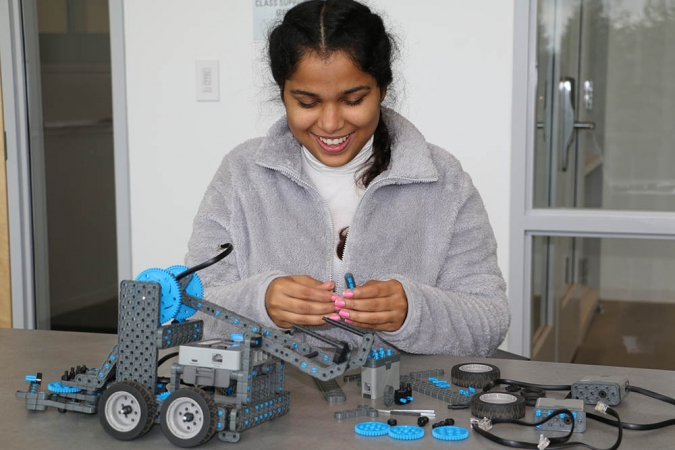 Karishma Singh, a UC Merced computer science and engineering graduate and CITRIS intern, teaches middle school students how to use coding to drive robots.